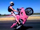 Motorrad Wheelie Highway: Kein Hemd am Arsch, aber rosa Mopped wheelisieren