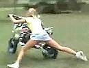 Motorradcrash: Schlägt die Maid am Boden ein, muss irgendwo ein Hügel sein!