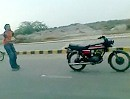 Motorradfahren und Skating in Pakistan - den Skating King hauts am Ende hin
