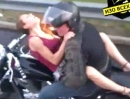 Motorradfahrer bringt Frau mit Schmerzen, auf dem Motorrad liegend ins Krankenhaus