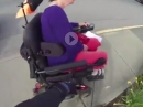 Motorradfahrer hilft behinderter Frau