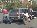 Motorradfahrer vs. Autofahrer. Zwei Welten treffen prügelnd aufeinander!