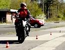 Motorradführerschein Grundfahraufgabe: Slaloms mit Schrittgeschwindigkeit