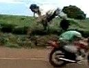 Motorradhochsprung geht in die Hose. Unfreiwilliger Frontflip mit dicken Nüssen *lol*