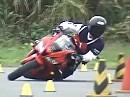 Motorradslalom japanisch - Schräglage, Körperbeherrschung vom Feinsten - geil!