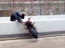 Motorradstunt Abflug über Mauer - Hoffentlich war dahinter keine Treppe :-(
