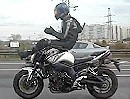 Motorradstunt High Chair auf der Autobahn. Geht beim bremsen ab wie eine Rakete
