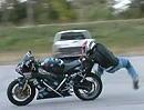 Never give up! Motorradstunt Crash Gorilla roll: Hinfallen, aufstehen, hinfallen, auftstehen - das wird ...