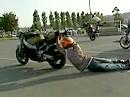 Motorradstunt: Nokaia Stunt Week - Backdrift - ein Stück Nagel im Kopf schadet nie