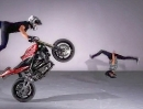 Motorradstunt: Sportbike vs Breakdance, Cindy Martinez vs Thibaut Nogues