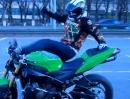 Motorradstunt - wir lernen: Klappt der Stunt nicht, hats Motorrad schuld und wird getreten
