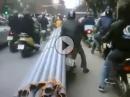 Motorradtransport: Bisschen Überlänge, bisschen Überladen, aber Helm an