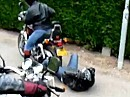 Motorradumfaller: Sozia fällt runter, dann wird der Seitenständer vergessen ...