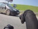 Motorradunfall Autobahn - auf der Mittelspur am Außenspiegel eingeklinkt