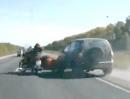 Motorradunfall: Autofahrer pennen beim überholen, Motorradgspann im Glück