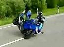 Motorradunfall beim überzogenen Wheelie - der Wheelietraum hat sich auf die Straße verteilt