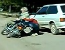 Motorradunfall: Die arme Oma weis nicht wo sie hin soll und wird abgeräumt