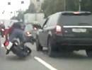 Motorradunfall. Doofer Motorradfahrer rammt Auto und fliegt ab - Depp