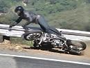 Motorradunfall: Ducati Monster markiert die Snake. Fahrer und Motorrad ok