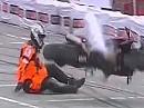 Motorradunfall: Powerwheelie vor dem Start ist für Fahrer und Maschine hart