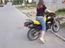 Motorradunfall: Frau vs. Motorrad - Toreinfahrt verfehlt, Mauer final getroffen