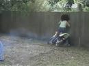 Motorradunfall: Frauchen fährt gezielt an die Mauer. Mit dem Kopf durch die Wand?