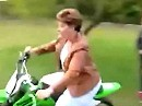 Motorradunfall: Mama lernt fahren, die Oma im Rollstuhl muss dran glauben