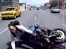 Motorrad Crash: Überbremst beim 'Schaulaufen' = Affen gemacht, aufs Maul gefallen