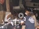 Motorrad Crash: Wheelieversuch, Einschlag in die Garage! Depp