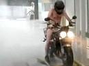 Motorradwäsche - einmal komplett bitte, den Helm lass ich auf!