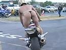 Motorrad Wheelie kann er nicht, dafür hat er nen geilen Arsch!