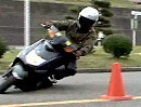 Motorroller auf Dope beim japanischen Gymkhana der Junge beherrscht sein Handwerk
