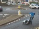 Scooter Ausraster: Hat der Roller keinen Sprit, kriegt er eben einen Tritt