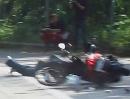 Motorroller Crash: 3 Cam - Highsider. Roller zerlegt, Helm verloren - Idiot