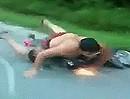 Motorroller Crash: Dicke Brille und kein Hemd, noch lacht er, bis die Bremse klemmt