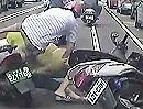 Motorroller Crash. Geht ne Tür ganz plötzlich auf, knallt die ganze Horde drauf