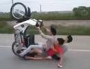 Motorroller Crash: Manche Abflüge erkennt man schon im Ansatz!