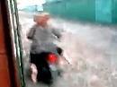 Motorroller Crash: ohne Kontrolle, wird ein Flüstern zum Schrei *lol*