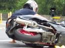 Motorroller Crash: Streift der Scooter den Asphalt, wird das Pastik nicht so alt