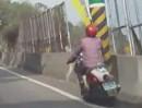 Motorroller Crash: Wer beim fahren Gegend kuckt, öfters mal auch Zähne spuckt!