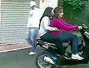 Motorroller Crash: Zwei Mädels wollen in die Disko - nach 3 Metern anders überlegt ;-)