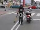 Motorroller Hooligan: Ampel grun, Du hupen, ich Axt! Nur Liebe unter den Menschen