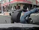 Motorroller Verkehrsunfall: Rechts überholen und rechts abbiegen geht in die Hose IMMER