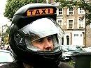 Motorrad Taxi in London - Chris Birch gibt den Taxifahrer.