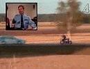 Mit 336km/h über die Bahn knallen, rücklings auf dem Bike die Polizei filmen und mit Stinkefnger abhauen - Drecksack