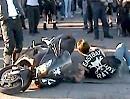 """Peinlich Motorrad Umfaller: Pseudorocker aka """"Harte Sau"""" versucht Burnout"""