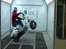 Platz ist in der kleinsten Hütte - Scooter Stunt im Fahrstuhl
