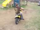Pocketbike Lattenzaun Crash. ... ich spiel lieber wieder mit der Barbie :-)