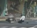 """Polizei Motorrad Crash - quasi in die eigene """"Falle"""" getappt ..."""