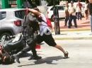 Polizei vs. Crosser Roadrage: Umgefahren, Schlagstock, Prügel bekommen